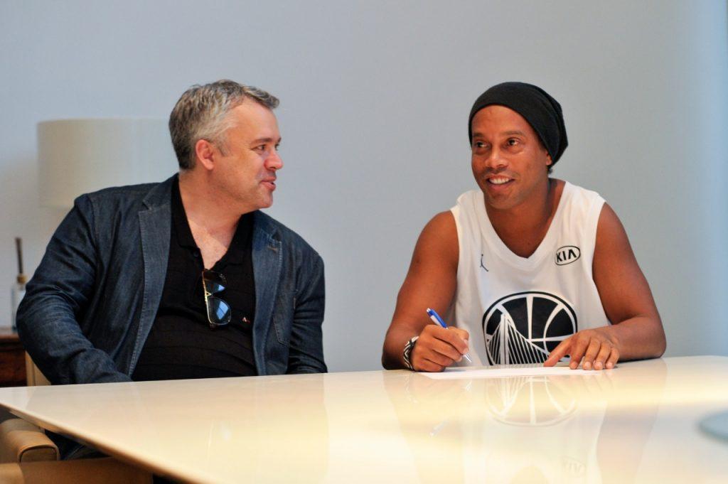 474bacb9b9 Ronaldinho vira sócio de academia