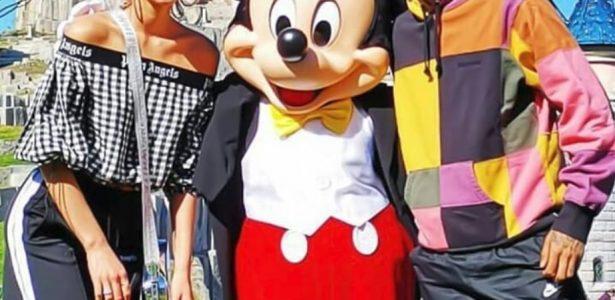 Neymar e Bruna Marquezine visitam Disney Paris e tiram foto com Mickey - 20 09 2030  - UOL Esporte 72a9a1cb70926