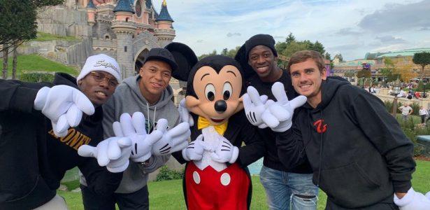 Mickey Mouse recebe franceses campeões mundiais na Disney - 20 10 2012 -  UOL Esporte a1acc4158cb2f