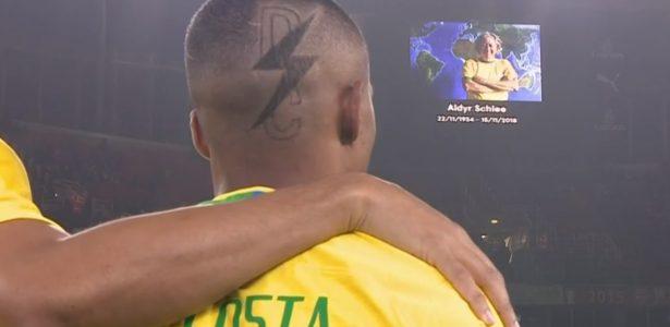 ba432b5f7ab62 Douglas Costa inova com desenho de raio em corte de cabelo para amistoso -  UOL Esporte