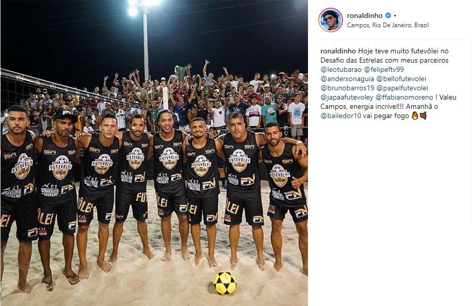 Ronaldinho participa de jogo de futevôlei em