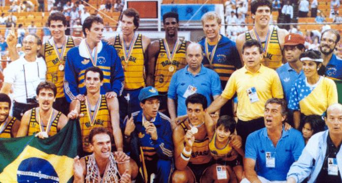 ed8fb5207c Foi há exatos 30 anos que o Brasil venceu os Estados Unidos por 120-115  para conquistar o Pan-Americano de 1987. Primeira derrota dos EUA em ...