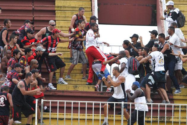 Briga entre vascaínos e atleticanos. Selvageria frequente nesse Brasileirão