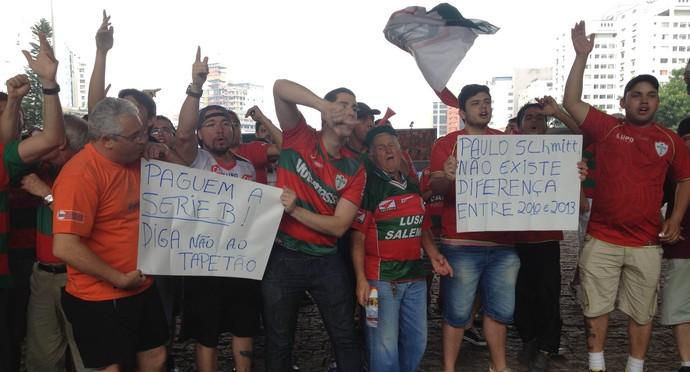 Torcedores da Lusa fazem protesto contra decisão do STJD