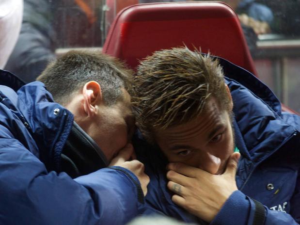 Cena inusitada: Messi e Neymar no banco de reservas