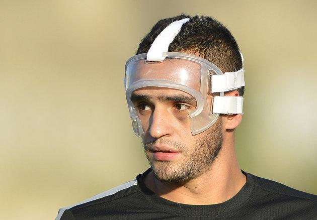 Renato Augusto teve de usar proteção no rosto por causa de uma fratura