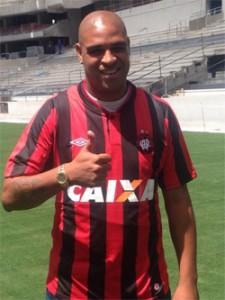 Adriano assinou contrato de produtividade com o Furacão