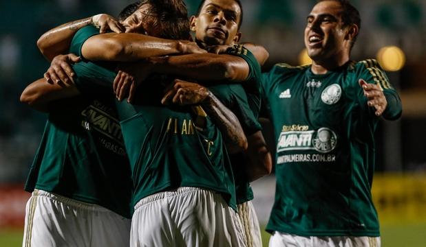 Companheiros abraçam Alan Kardec, autor do único gol do Verdão contra o Ituano
