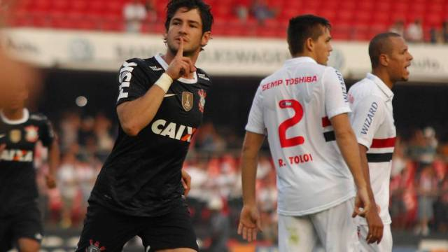 Pato faz gol no Timão e silencia torcida do São Paulo