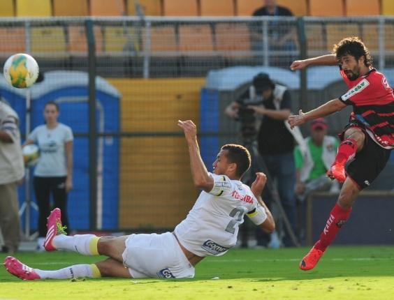 Cristian chuta para fazer o único gol da 1ª final do Paulistão