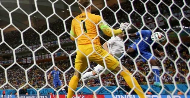 Balotelli sobe alto para fazer o gol da vitória italiana contra a Inglaterra