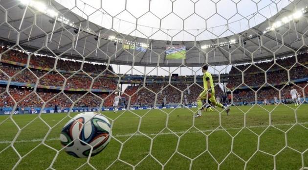 Casillas vê a bola em sua rede. Espanhol levou cinco gols da Holanda