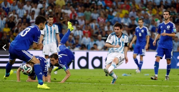 Messi chuta para marcar o segundo gol da vitória argentina contra a Bósnia