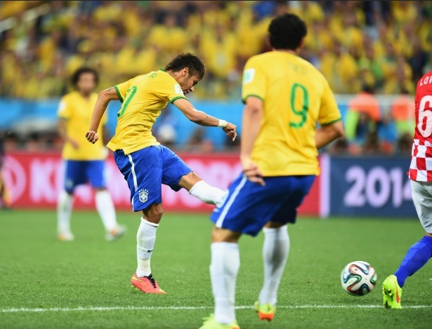 Neymar chuta para fazer o primeiro gol do Brasil na Copa