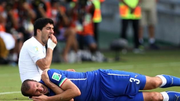 Uruguaio Suárez mordeu o zagueiro italiano Chiellini e foi punido pela Fifa