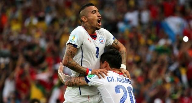 Vidal e Aránguiz comemoram segundo gol do Chile contra a Espanha