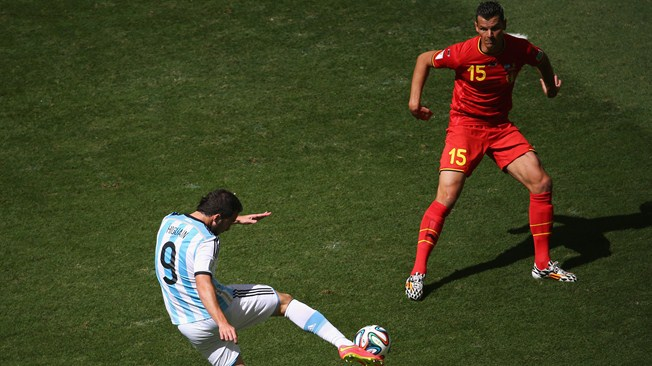 Higuaín chuta para marcar o único gol da vitória da Argentina contra a Bélgica