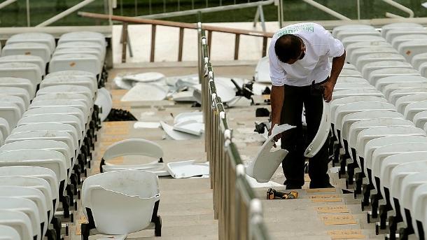 Funcionário remove assentos quebrados na Arena Corinthians