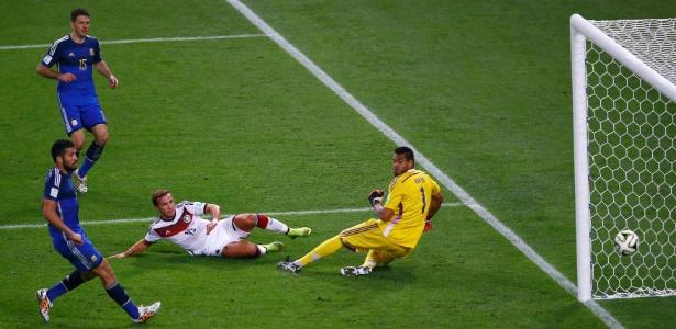 Gotze chuta para fazer o gol do tetra da Alemanha