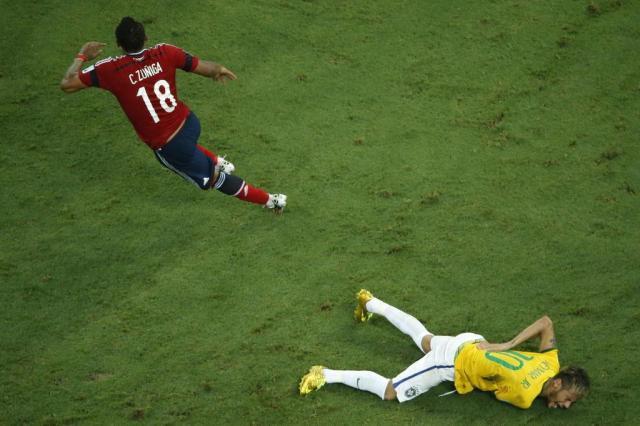 Zuniga dá joelhada em Neymar e o tira da Copa