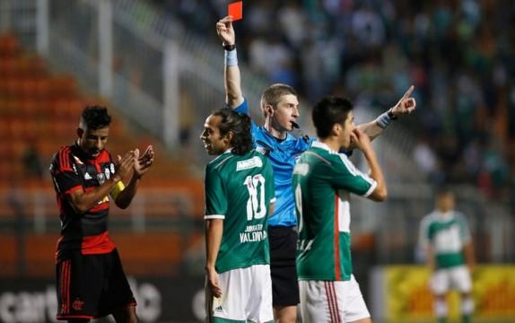Valdívia recebe o cartão vermelho do árbitro Anderson Daronco