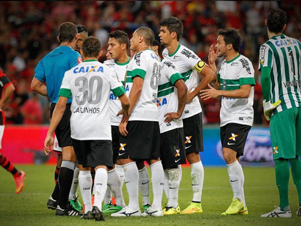 Jogadores do Coritiba criticam árbitro Wágner Reway