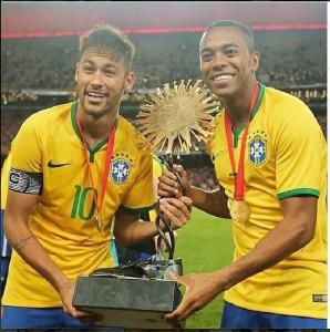 Neymar e Robinho seguram o troféu 'mequetrefe' do superclássico
