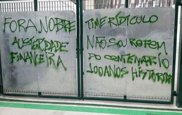 Torcedores protestam contra administração do presidente Paulo Nobre