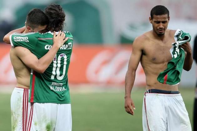 Jogadores do Palmeiras se abraçam após a notícia da permanência na Série A