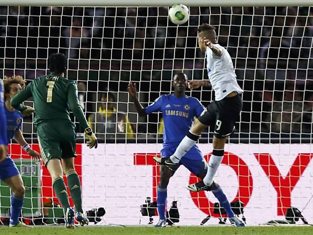 Guerrero cabeceia para marcar o gol do título do Mundial Clubes