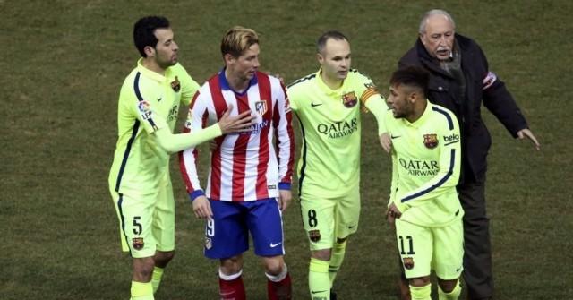 Neymar discute com Fernando Torres durante jogo da Copa do Rei