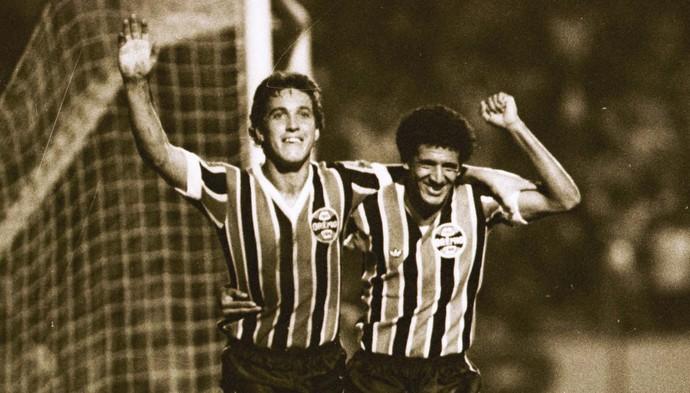 Osvaldo (esq) é o 4º maior artilheiro da história do Grêmio com 106 gols