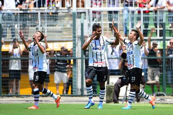 Corintianos comemoram o gol do título contra o Botafogo/SP