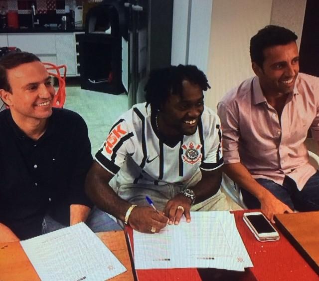 Love assinando contrato com o gerente Edu Gaspar