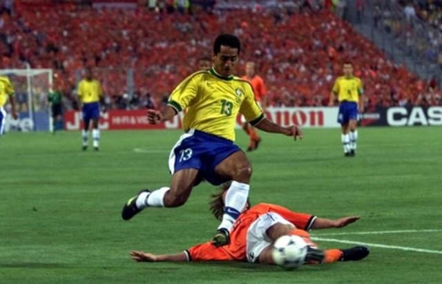 Reserva do suspenso Cafu, Zé Carlos jogou a semifinal da Copa de 98 contra a Holanda