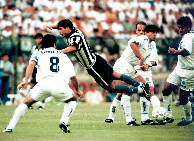 Carlinhos (camisa 8) era o capitão do Santos no vice-campeonato do Brasileirão de 95