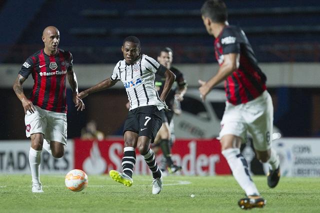 Elias fez o único gol da vitória corintiana contra o San Lorenzo