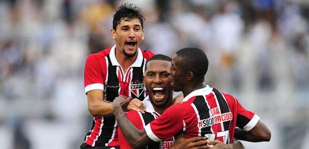 Jogadores do Tricolor comemoram o gol do zagueiro Paulo Miranda