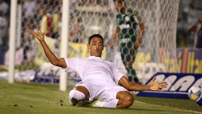 Camisa 9 comemora gol do Peixe no clássico contra o Palmeiras