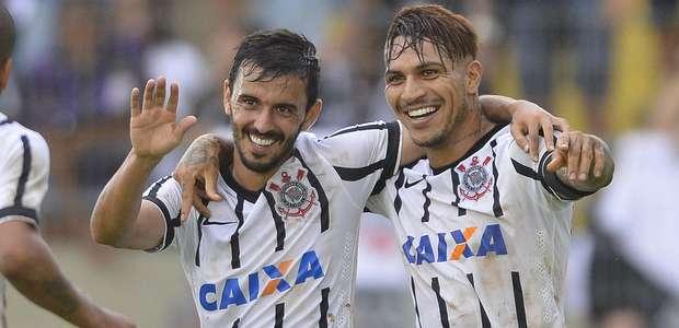 Corintianos comemoram gol na vitória contra o Capivariano