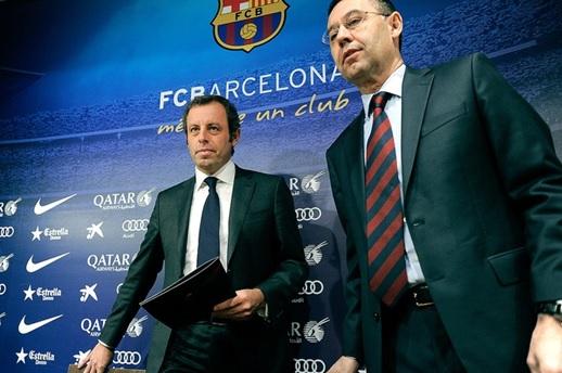 Rosell (à esquerda) posa ao lado de Bartomeu, novo presidente do Barcelona (Foto: AFP)