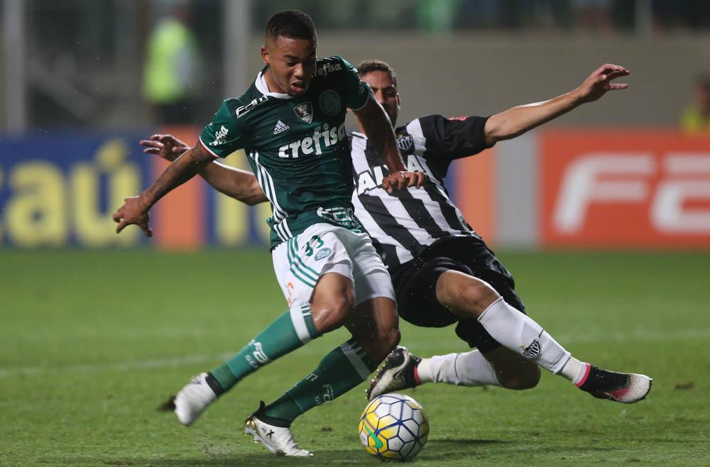 O jogador Gabriel Jesus, da SE Palmeiras, disputa bola com o jogador Gabriel, do C Atlético Mineiro, durante partida válida pela trigésima quinta rodada, do Campeonato Brasileiro, Série A, no Estádio Independência.