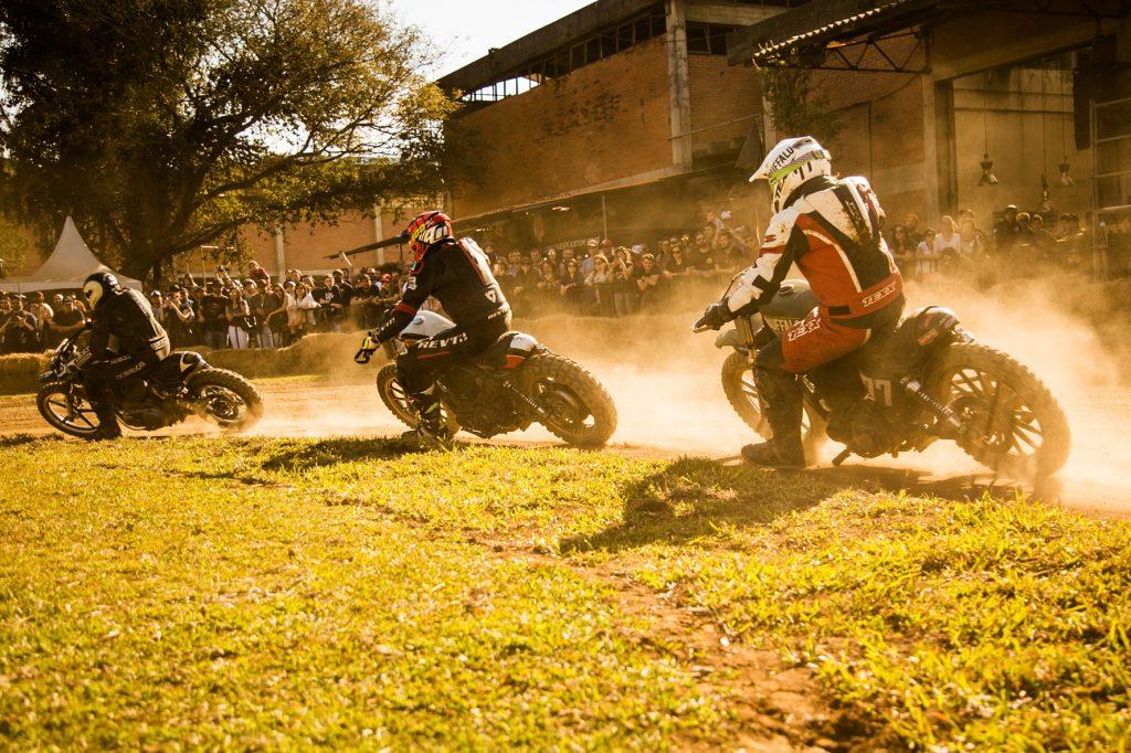 ... Com motos Harley 883 adaptadas com pneus de cravo c6178948b1b