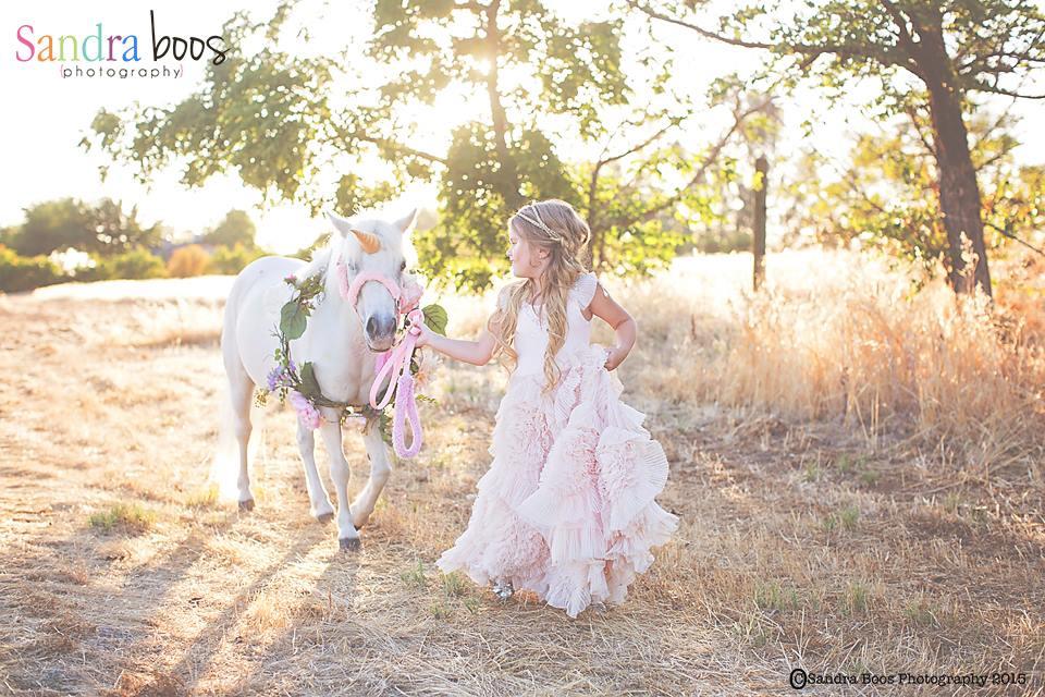 Juliette durante o trabalho como modelo com uma criança. Foto: Reprodução/Facebook Sandra Boos Photography