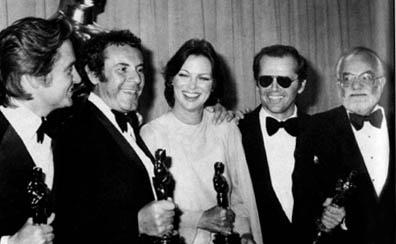 """Saul Zaentz, na ponta direita, com Jack Nicholson, Louise Fletcher e Milos Forman e seus Oscars por 'Um Estranho no Ninho"""""""