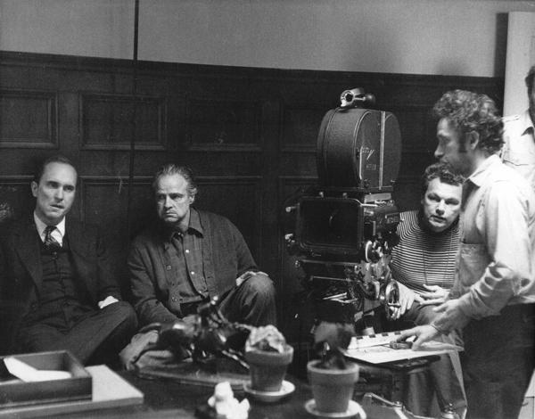 Robert Duvall, Marlon Brando, Gordon Willis e seu assistente de cämera Tibor Sands no set de O Poderoso Chefão, 1971