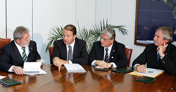 Nesta foto de 2010, o então presidente Lula recebe Campos e Collor no CCBB de Brasília. Crédito: Sérgio Lima/Folhapress - 21.jun.2010