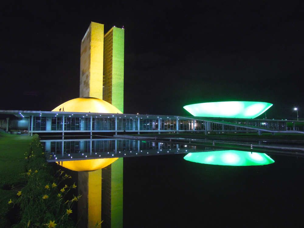 Cúpula da Câmara em verde; a do Senado, em amarelo