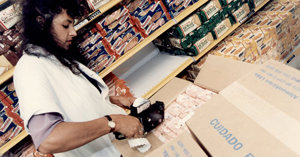 Funcionária de supermercado remarca preços com etiquetadora em fevereiro de 1994. Crédito: Adriana Zebrauskas/Folhapress