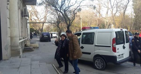 Khadija Ismayilova chega para audiência judicial em Corte no Azerbaijão